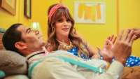 """Kany García se despoja de un """"hombre muñeco"""" en nuevo video musical"""