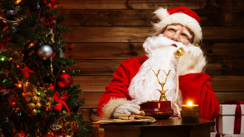 Santa Claus hablando por teléfono