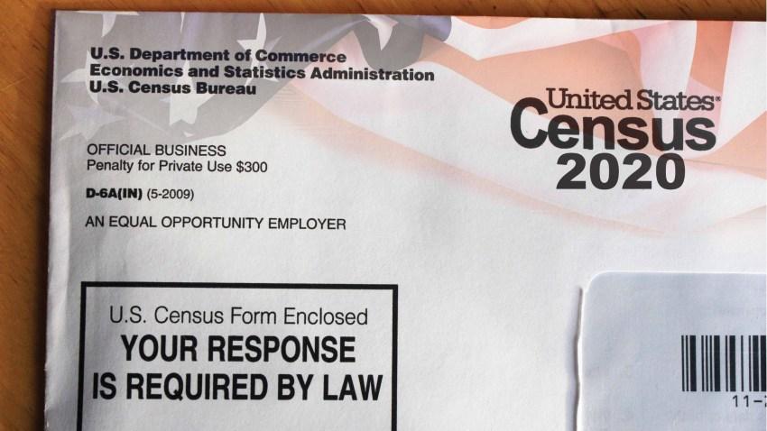 Fotografía genérica de un sobre con el logo del Censo 2020.