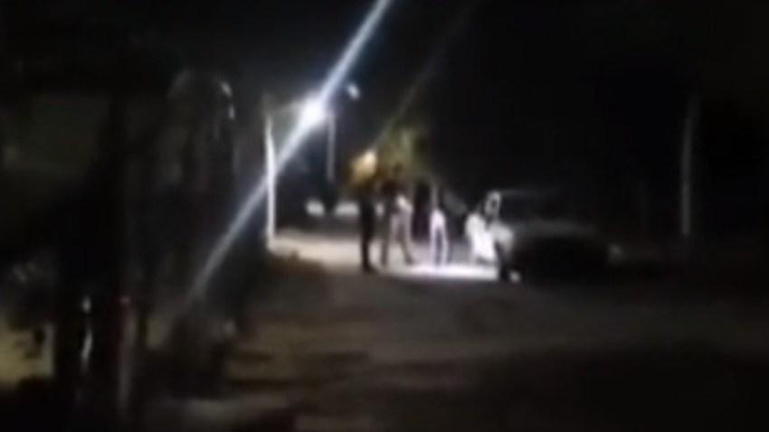 Asesinan a dos hemanitos a la orilla de la carretera