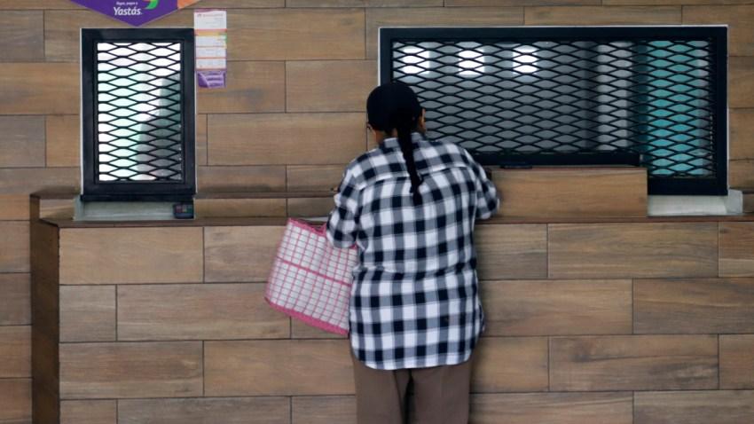 Una mujer retira divisas de una casa de cambio