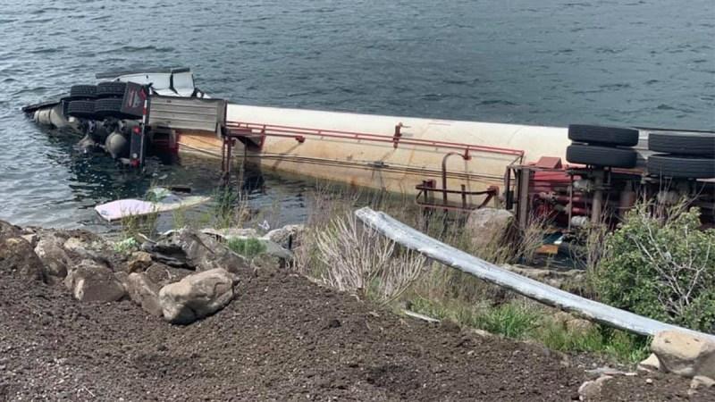 Volcadura de tractocamión cargado de gas butano sobre embalse Deer Creek