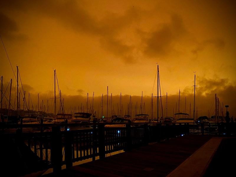 En fotos: el cielo se torna amarillento y rojizo en el Área de la Bahía