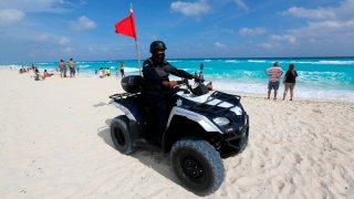 Policía en moto vigila las playas de Cancún