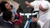 Ganador del Giro de Italia obsequia al papa Francisco una bicicleta con los colores de Argentina