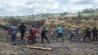 Trabajadores y familiares de los mineros atrapados se unen para rescatarlos